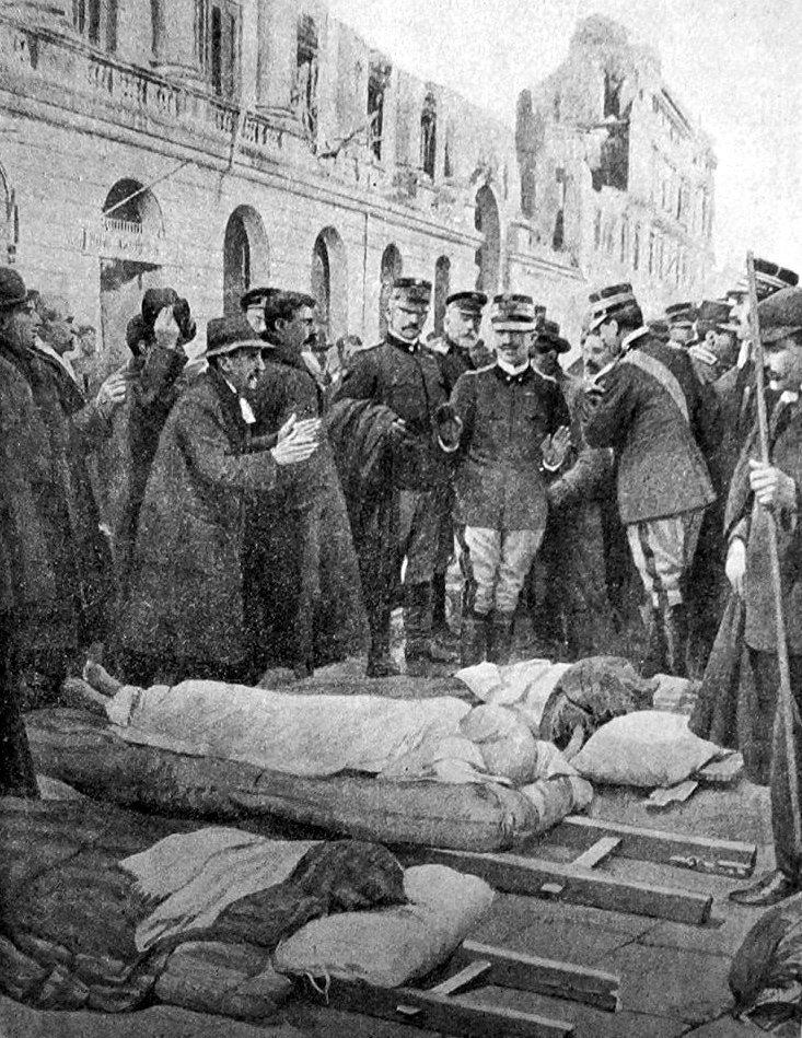 Re Vittorio Emanuele III fra i soccorsi, dietro la Palazzata distrutta
